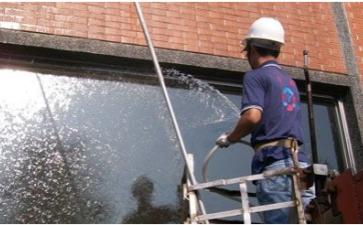 外墙清洁工人是城市的清洁卫士