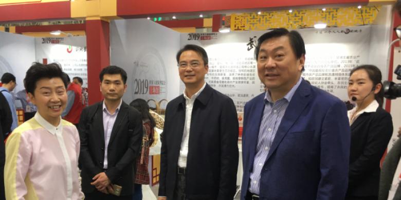 周锋副市长巡视武汉大健康展览参展的十堰医养协会展厅
