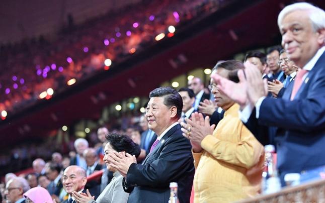 习近平和彭丽媛同出席亚洲文明对话大会的外方领导人夫妇共同出席亚洲文化?#25991;?#21326;活动