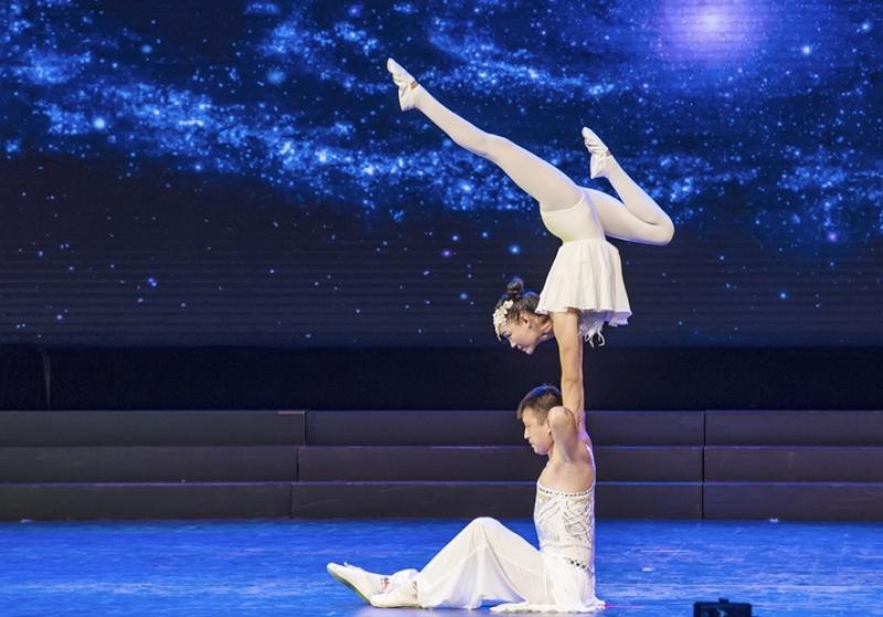 肩上芭蕾杂技