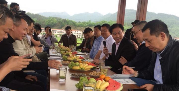 4月27日,武汉市餐饮协会会长刘国梁等大枷聚会英山共商湖北茶企振兴