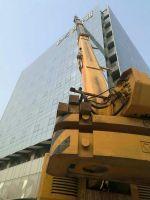 100T汽车吊全配重高空吊运建筑材料