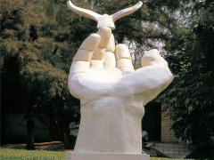 校园玻璃钢雕塑看了一眼