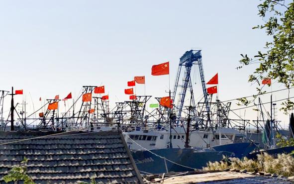 黎明,鲜艳的渔船将抛锚起航.png