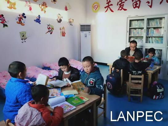 03行业发展中心为王昌寺村留守儿童之家捐赠图书.jpg