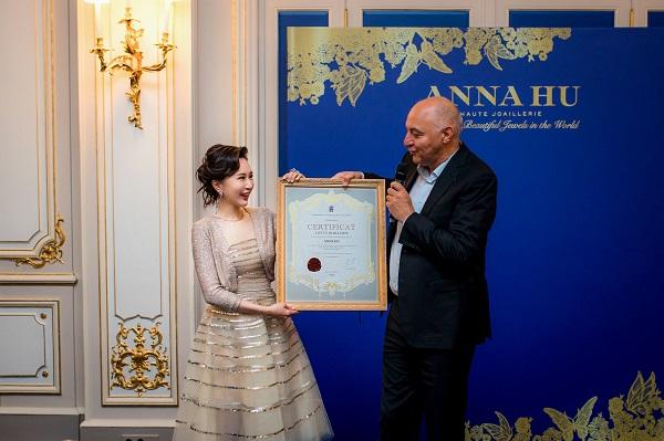 法国高定公会(Fédération de la Haute Couture et de la Mode)执行主席 Pascal Morand给ANNA HU颁发法国高定公会受邀会员证书.jpeg