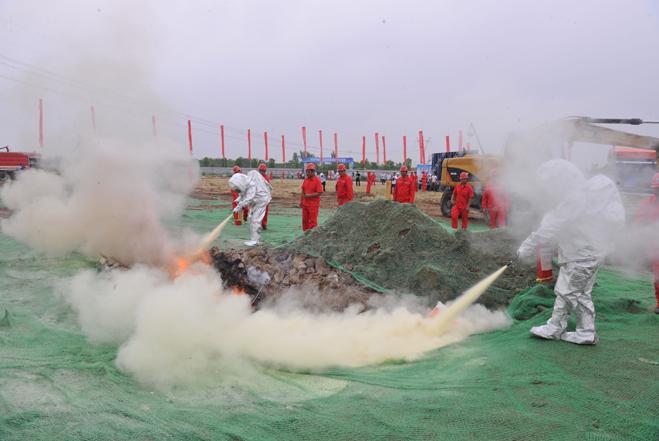 应急救援大队对现场展开灭火作业.jpg