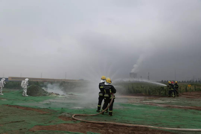 高新区消防救援大队对事故现场展开稀释.jpg