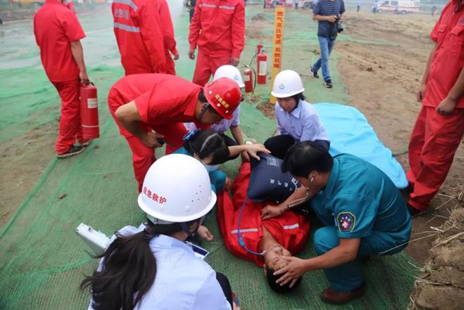 后勤医疗组协助解放军990医院医护人员开展救助工作.jpg
