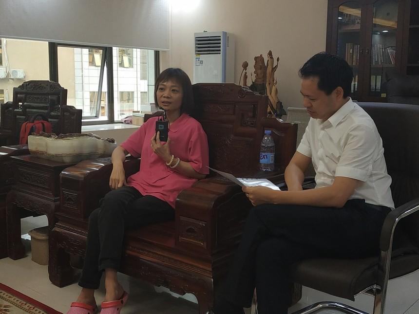 粉红丝带王主任与殷永洲教授治疗康复的乳癌患者沟通.jpg