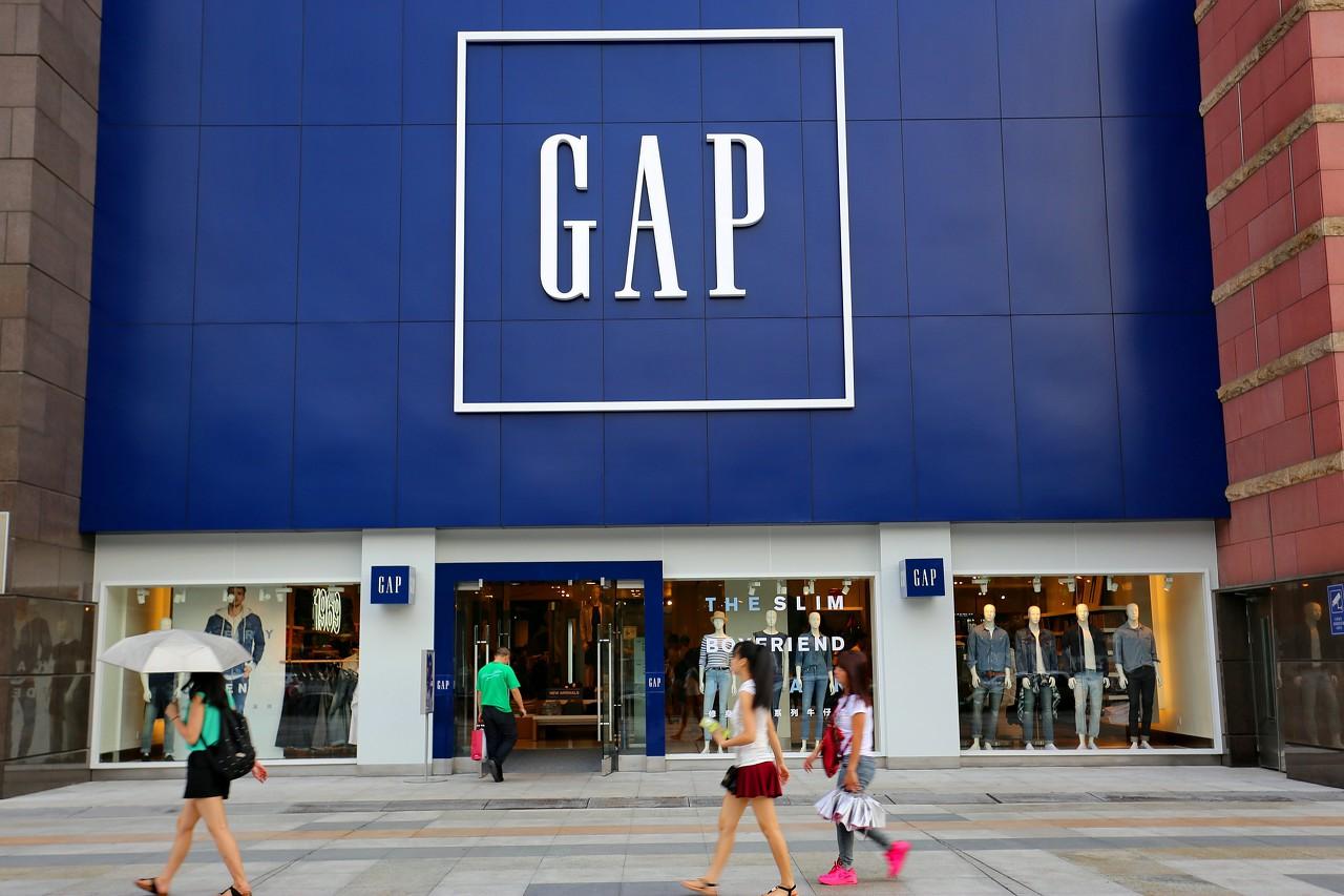 """""""美国服饰集团GAP11月21日宣布旗下现金奶牛Old Navy将从2020年起退出中国市场,未来会把业务重心放在北美市场,以实现效益最大化,此举也预示着又一个服装巨头在中国市场落下帷幕。""""的图片搜索结果"""