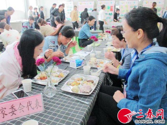 西安某幼兒園,家委會代表參觀幼兒園食堂,陪孩子們吃飯