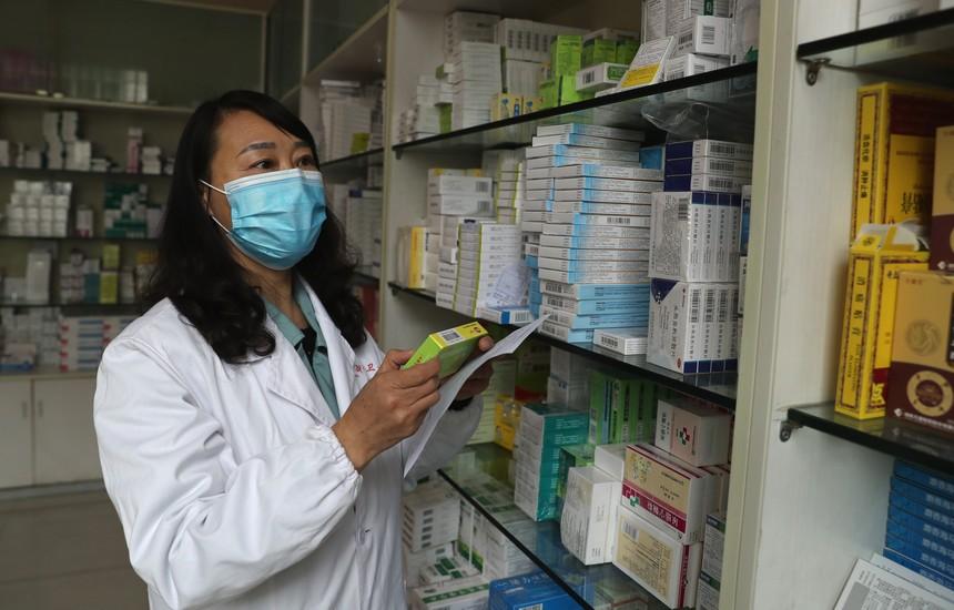 4月21日,平利县老县镇卫生院职业药师何咏梅在药房给患者取药。.jpg