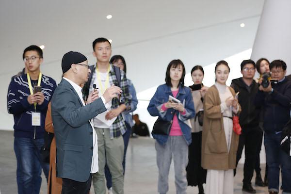 策展人冯博一为媒体和观众导览.jpg