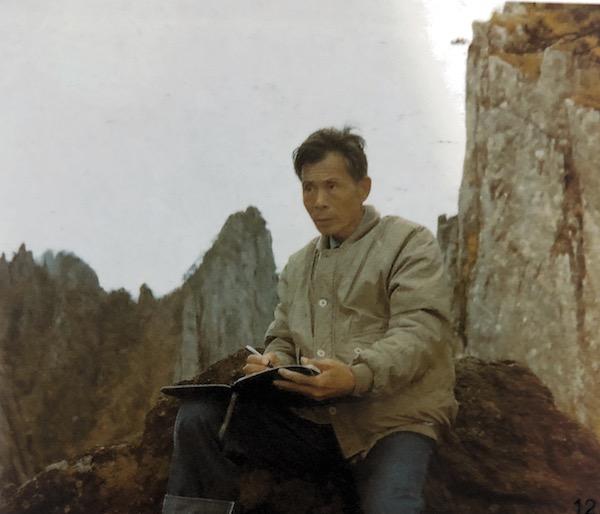 1982 年,吴冠中在陕西省华山写生.jpg