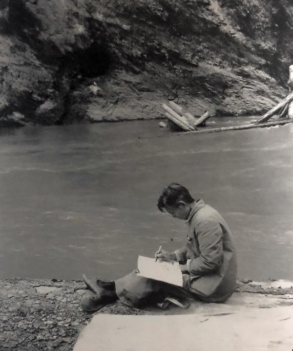 1983 年,吴冠中在四川省木里山区写生.jpg