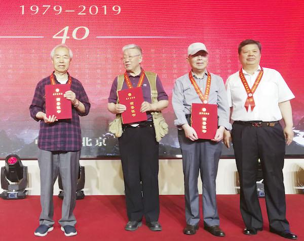 8石占成为两代画家代表颁发贡献证书.jpg