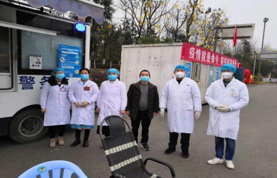 黄志东(图左四)在成自泸高速威远南出入口.png