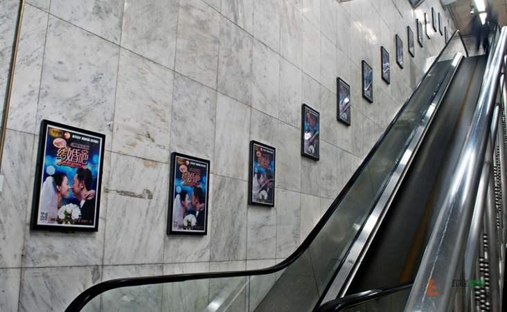 地铁扶梯广告