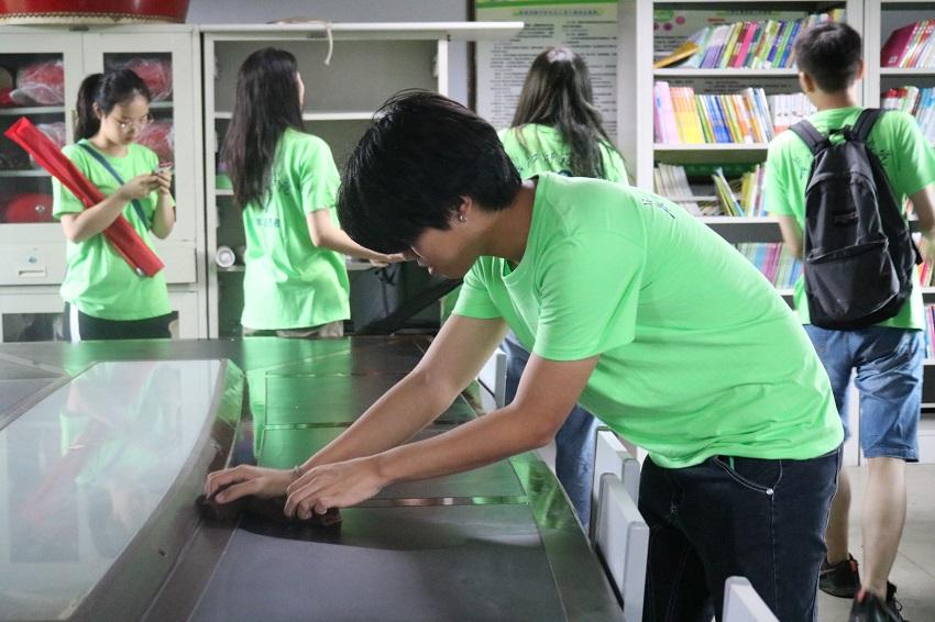 志愿者在进行教学场地的清洁打扫.JPG