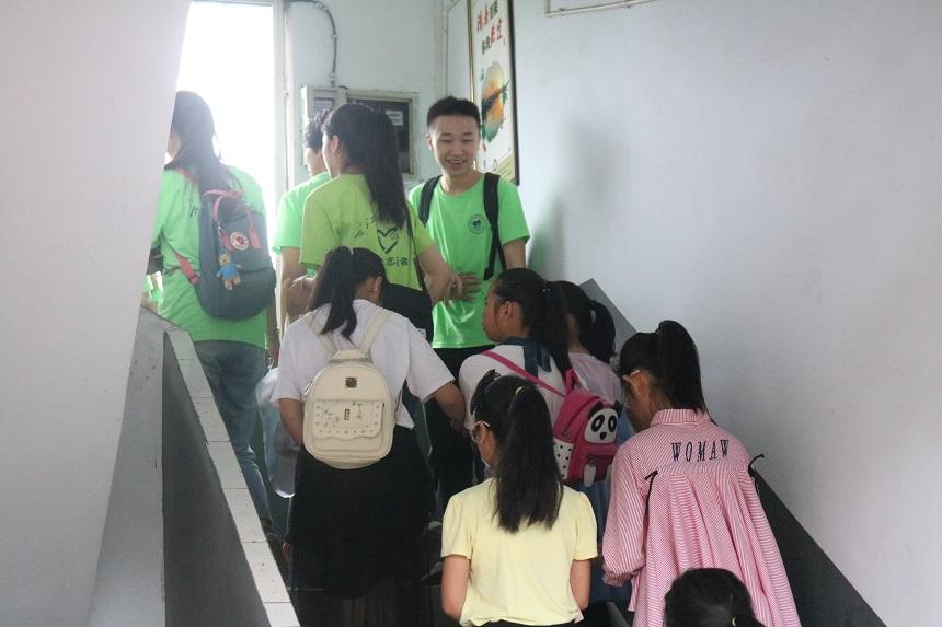 志愿者迎接小朋友.JPG