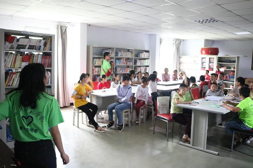 志愿者们在支教.jpg