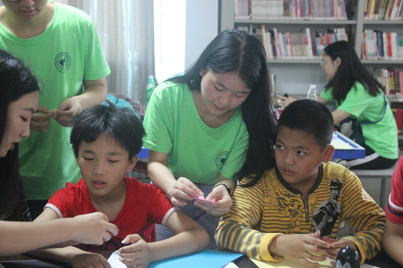 志愿者王林燕在指导小朋友折纸.JPG