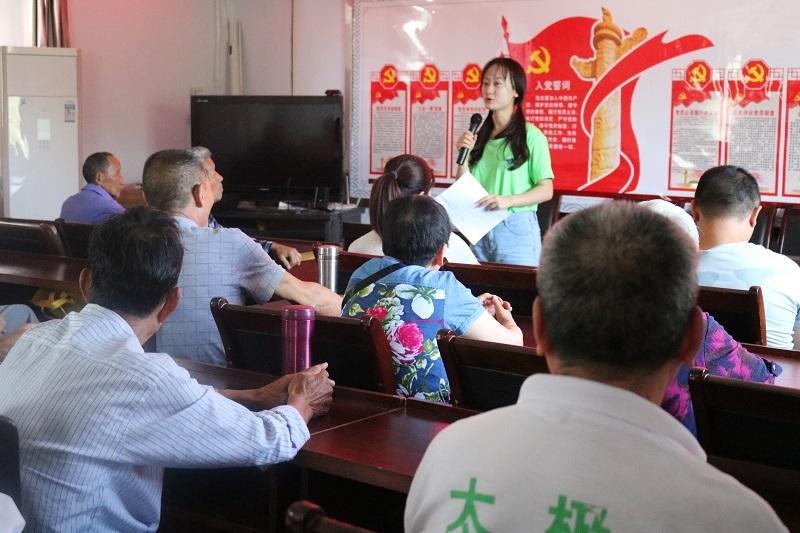 志愿者常小钰为社区大人们宣讲环保.JPG