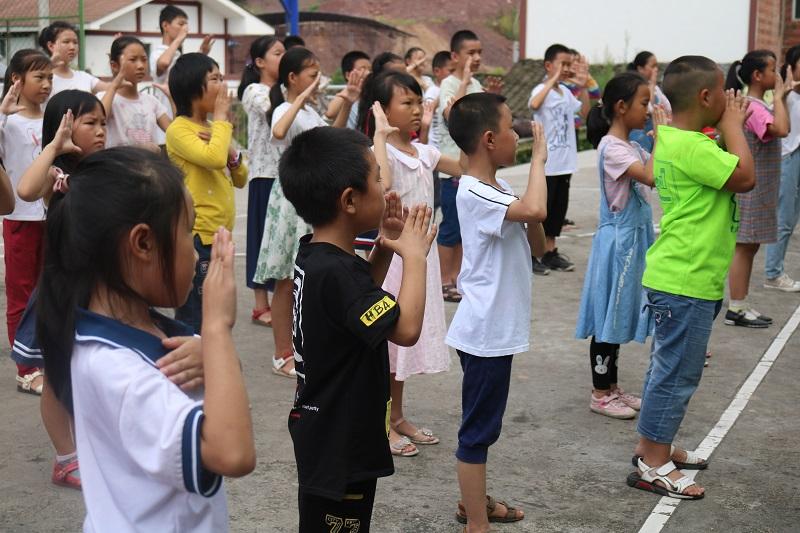 小朋友们在学习舞蹈.JPG