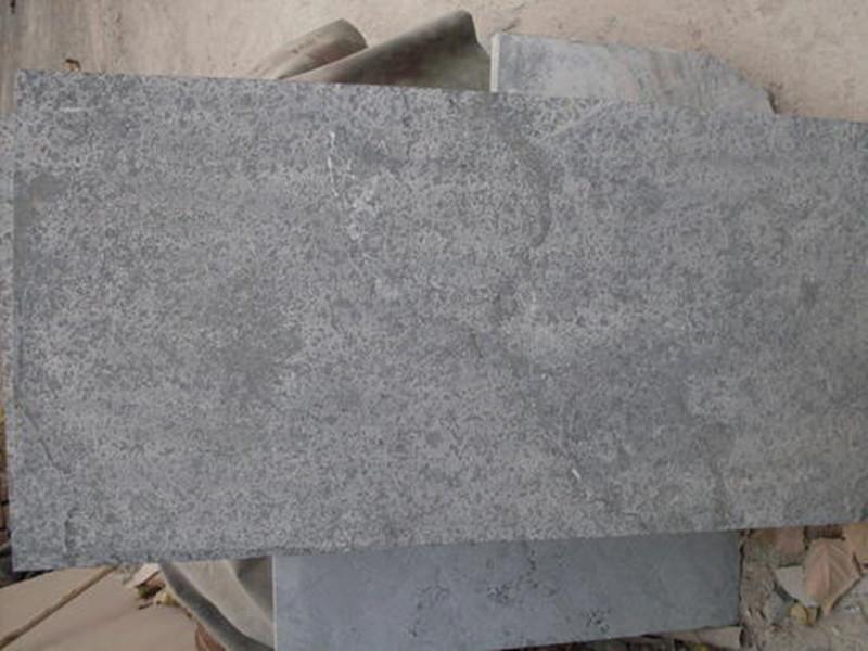 造成青石板路沿石产生水渍的原因有哪些