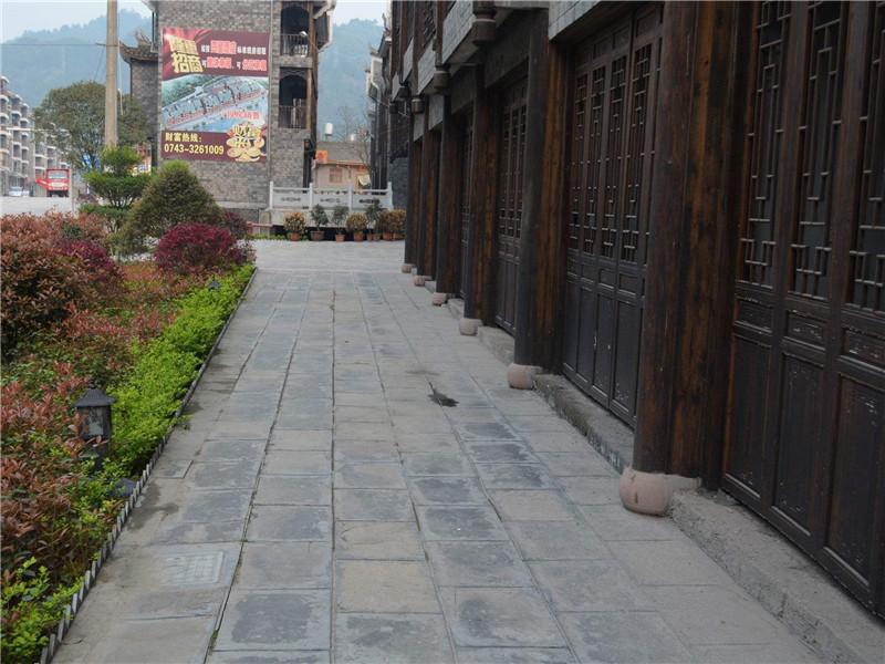 青石板、水磨石和水泥地鋪院子哪個好看?這種成本最低