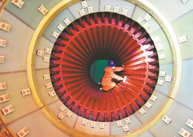 安徽平山电厂二期低位发电机转子成功穿装