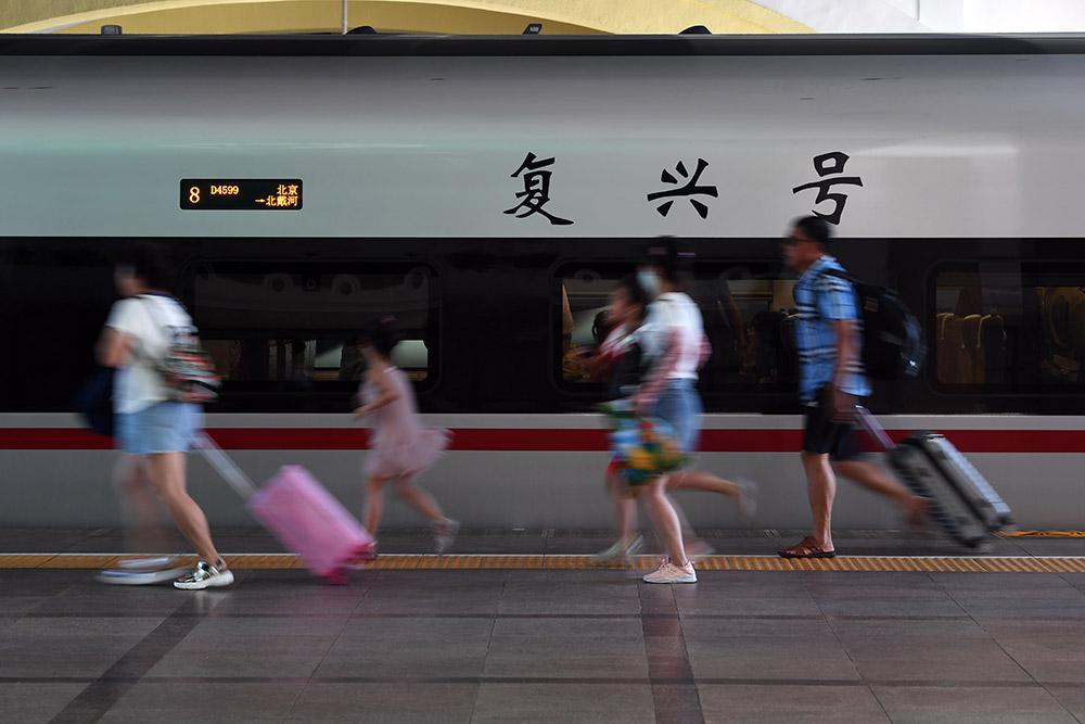 """7月1日,旅客准备上车,""""复兴号""""首次亮相北京站。(人民网记者 翁奇羽 摄)"""