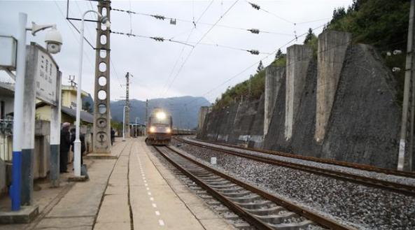【水柏铁路:火车拉来了幸福生活】