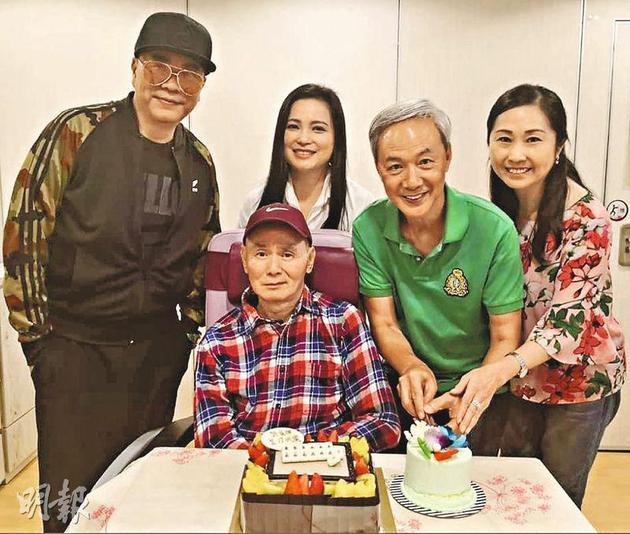欧阳震华(后排左起)、樊亦敏、陈荣峻与太太吴香伦去护老院为刘家辉庆祝64岁生日,后者面对镜头表情多多,精神十分好。
