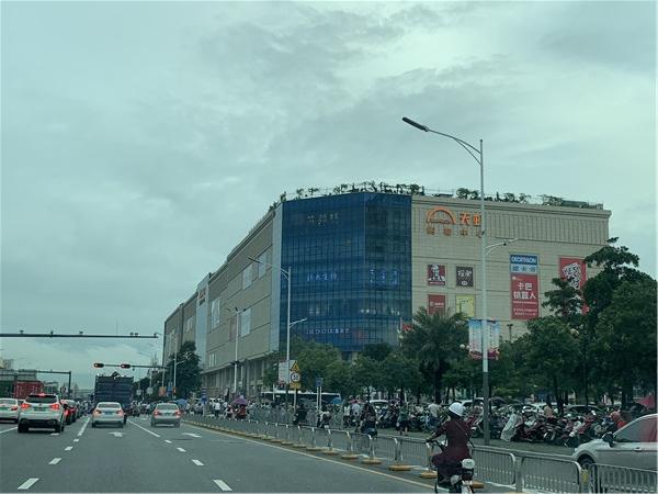 蚝二学府花园附近的天虹商场.jpg