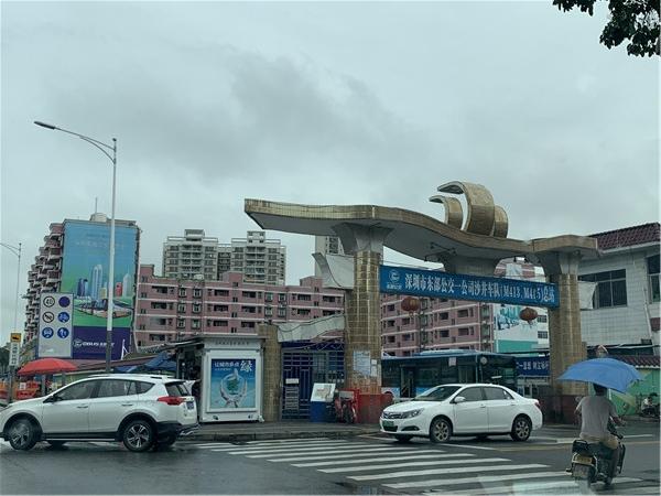 华升大厦对面的公交车总站.jpg