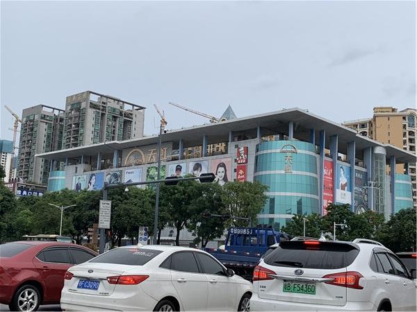 鸿达兴花园附近的天虹商场沙井店.jpg