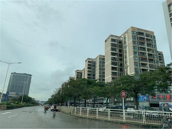 锦程路往北右侧为蚝二西海岸豪庭左前方为格兰云天大酒店.jpg