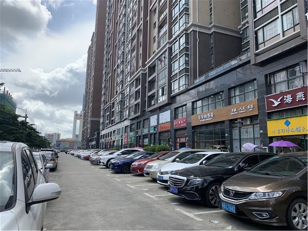 名豪丽城的地面停车场.jpg