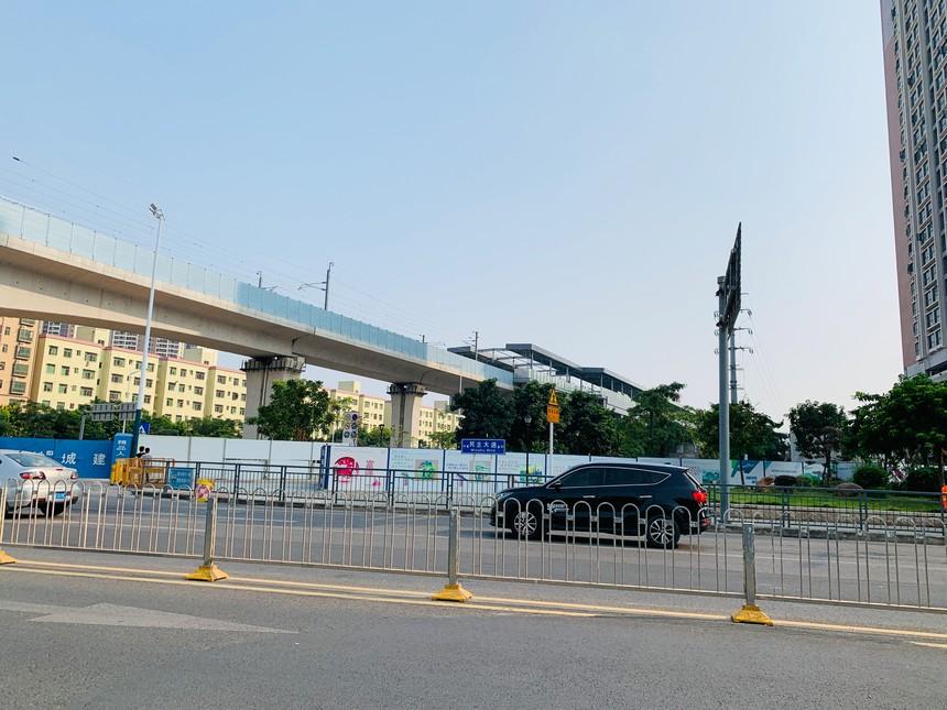 沙井西站外的围挡没有要拆的迹象.jpg