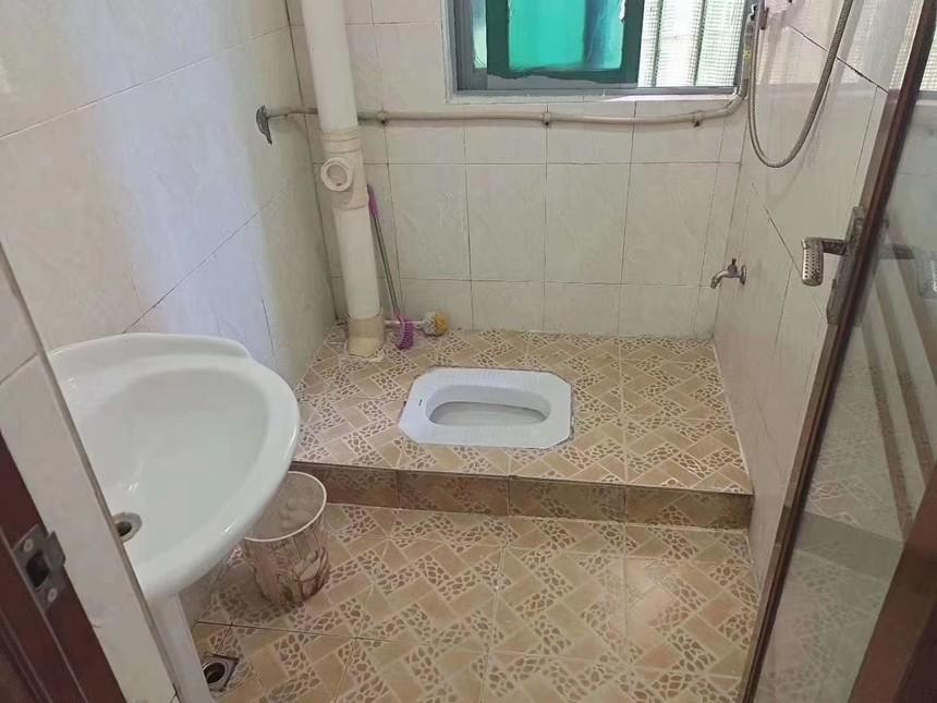 凤城花园二手房2+1房卫生间实拍