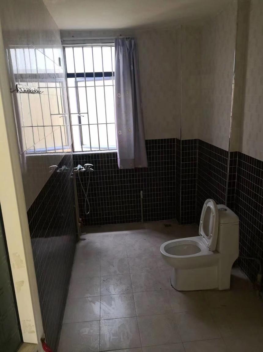 学府雅苑二手房三房卫生间实拍