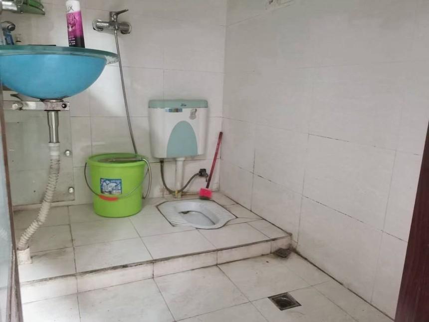 凤城花园二手房二房卫生间实拍