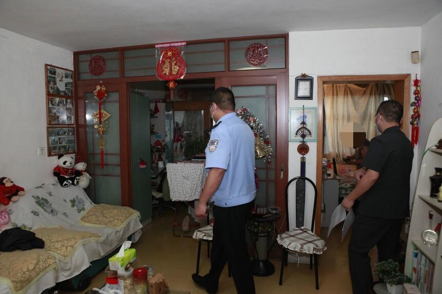 执行干警寻找被执行人,并向其家人释明情况.JPG