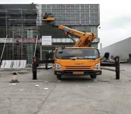 路灯车在历城区工业北路作业