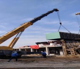 吊车在工地吊装