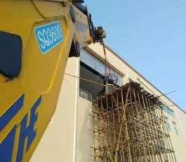 折臂吊车在工地吊装