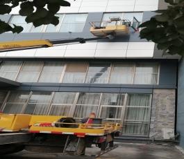 高空车解决外墙清洁问题