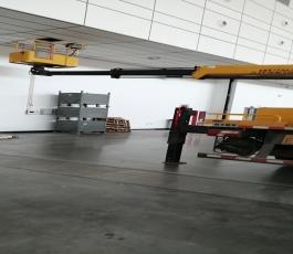 路灯车在国际会展中心5号厅施工